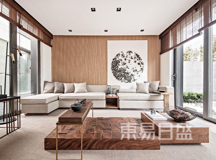 客厅摒弃繁冗复杂的装饰,用素雅的色调和干净利落的线条,表现一种由古典美和现代美相互融合的温柔力量。整屋利用浅原木色搭配黑白灰颜色铺陈营造出一种治愈氛围。