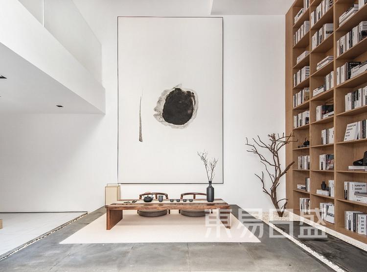 茶至无味仍余香,人若无妄心自清。因此茶室设计上着力实现如此格调,空间色调清雅纯净,实则是将茶艺的诗意于空间之中层层递进,地板、桌椅,乃至装饰挂画与茶具的摆设不仅造型古典雅致,
