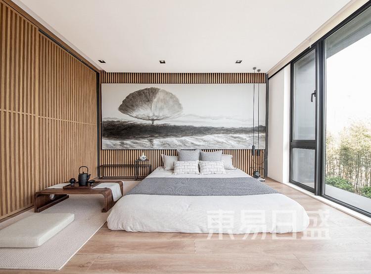 在卧室空间中,设计以简净的木格栅和人文情怀浓郁的水墨色相融,天然的纹理和材质呈现出的质感美,整体空间流泻出沉静淡然的气息。