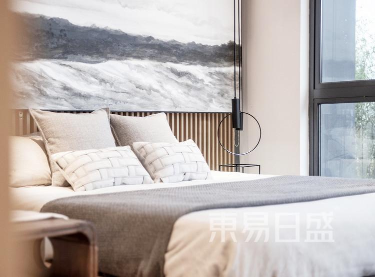 床头背景水墨挂画,如笔笔洒脱的水墨,让空间氛围更显清逸灵动。日式风格的主要元素离不开山水的贯穿,只是用不同的符号存在空间,通过设计传达古韵雅致的意境,舒缓自然的藏纳于内。